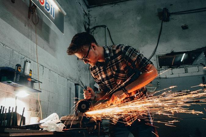 Relativamente ai rischi propri delle attività svolte e con oneri a proprio carico, gli artigiani hanno facoltà (quindi non sussiste un obbligo) di beneficiare della sorveglianza sanitaria e di partecipare a corsi di formazione specifici in materia di salute e sicurezza sul lavoro.