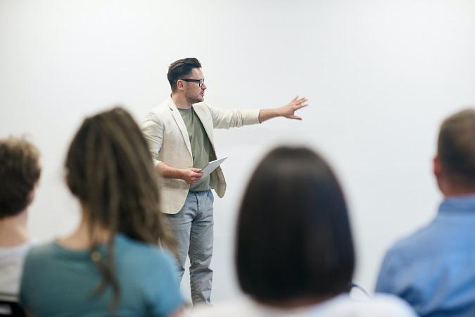 La verifica del possesso di requisiti tecnici (qualifica di formatore sicurezza) è il primo passo per scegliere il docente, ma il consiglio è di fare valutazioni anche di carattere relazionale o di capacità didattica.