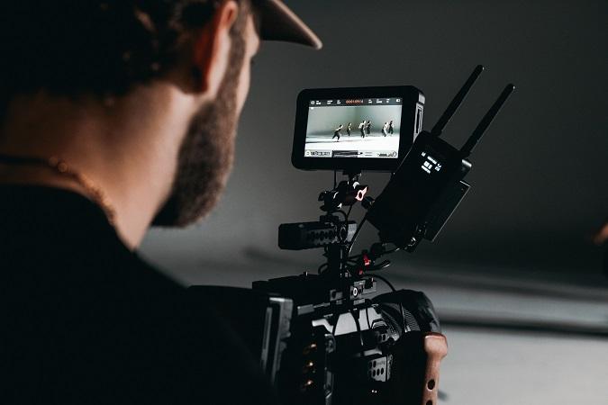 La raccolta di materiale video o fotografico per attività di marketing e promozione della società è raccolta  di dati personali.