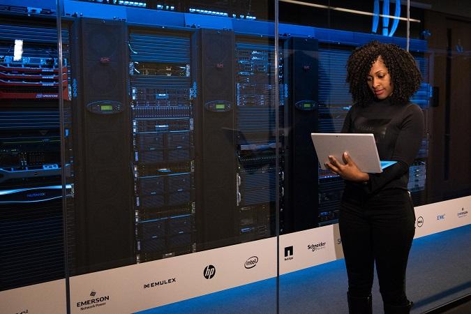 Nel caso di software in cloud, oltre al fornitore, all'utente (titolare del trattamento) e all'eventuale servizio assistenza, può entrare in gioco un quarto soggetto, il gestore del data center.