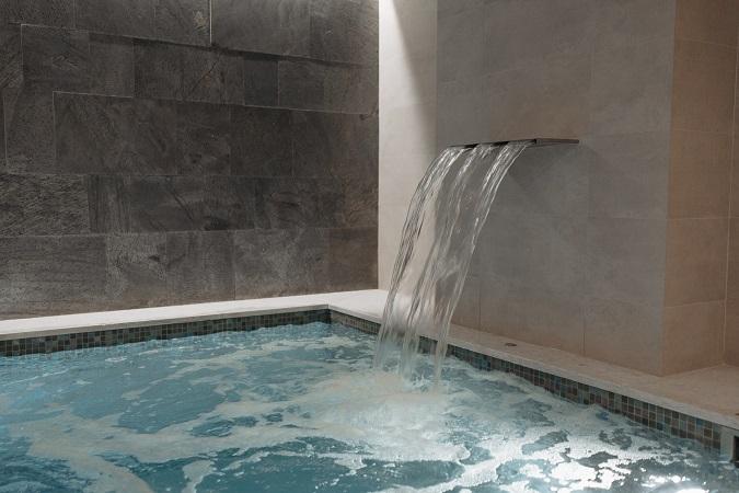 Le situazioni note che possono originare casi di legionellosi comprendono sistemi generanti aerosol come piscine, vasche idromassaggio o fontane decorative, anche esposte a soli fini dimostrativi.